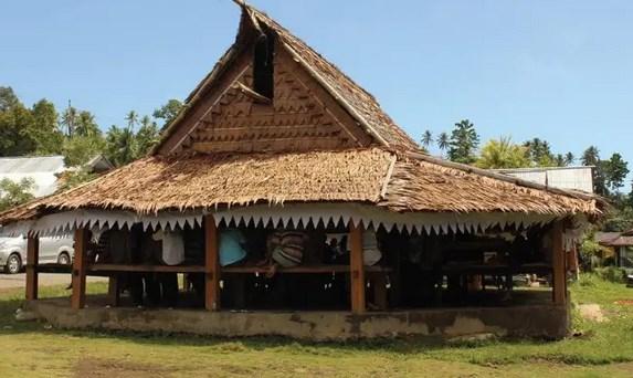 Rumah-Baileo-&-Sasadu-Khas-Adat-Maluku